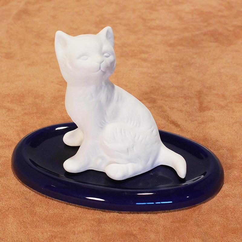 DS12.10 Katze sitzend auf Unterteller